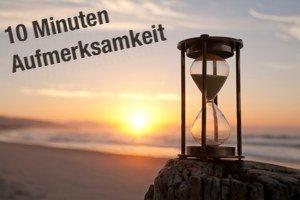 """Sanduhr am Strand mit Schriftzug """"10 Minuten Aufmerksamkeit"""""""