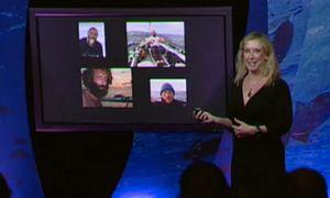 Roz Savage präsentiert vor einem Flatscreen